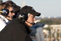 Roger Penske regarde la course depuis le toit de la Sprint Tower