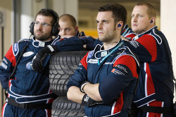 Les mécaniciens du iSport International concentrés sur l'action en piste depuis la ligne des stands