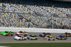 Mark Martin, Hendrick Motorsports Chevrolet and Kasey Kahne, Richard Petty Motorsports Ford lead a group of cars