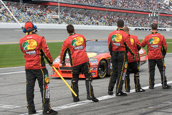 Earnhardt Ganassi Racing Chevrolet teamleden signaleren Jamie McMurray