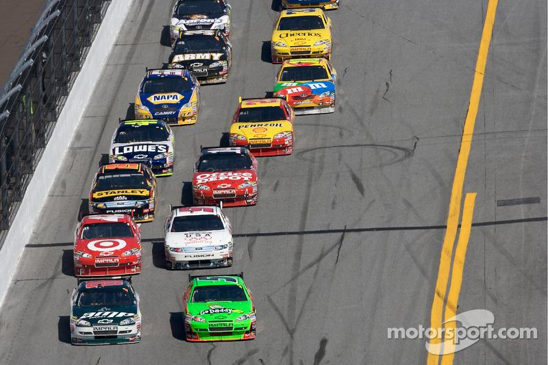 Dale Earnhardt Jr., Hendrick Motorsports Chevrolet en Mark Martin, Hendrick Motorsports Chevrolet vechten om de leiding in de wedstrijd