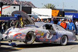Auto van Ricky Stenhouse Jr. meegenomen naar de garage