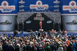 Aficionados disfrutan del entretenimiento previo a la carrera