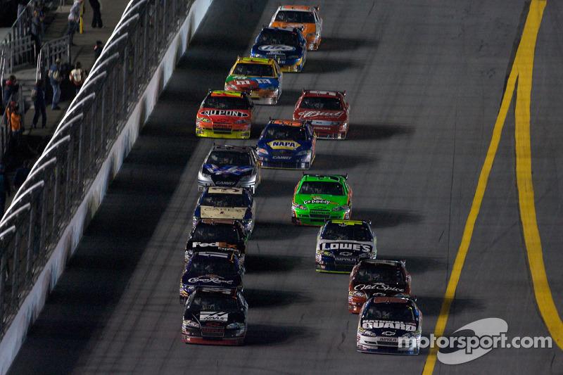 Ryan Newman, Stewart-Haas Racing Chevrolet en Dale Earnhardt Jr., Hendrick Motorsports Chevrolet gevecht