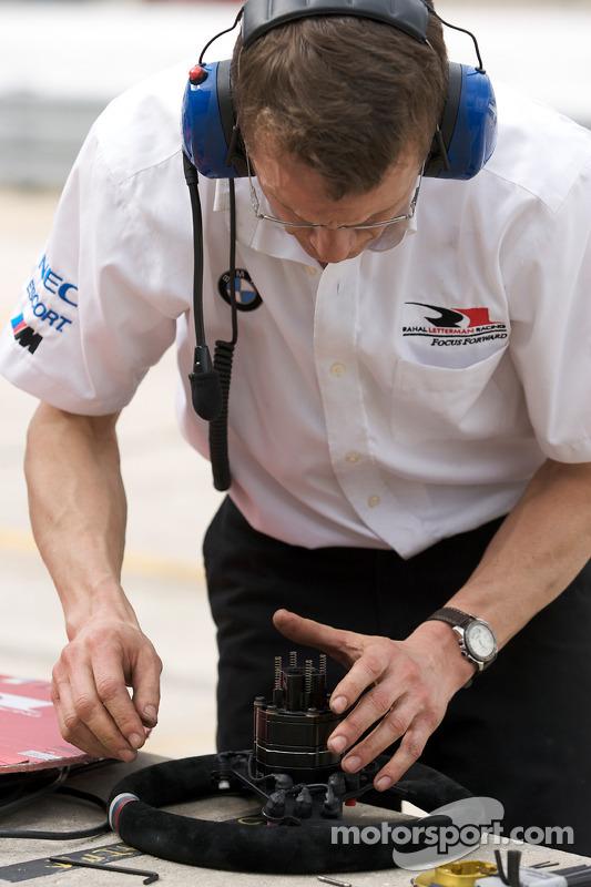 Un membre du BMW Rahal Letterman Racing au travail