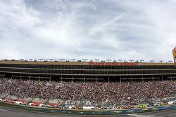 Start: Dale Earnhardt Jr., Hendrick Motorsports Chevrolet leads the field