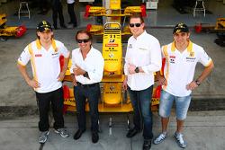 Robert Kubica, de Renault F1 Team con Emerson Fittipaldi, Jordi CEO de TW steel relojes y Vitaly Petrov, Renault F1 Team