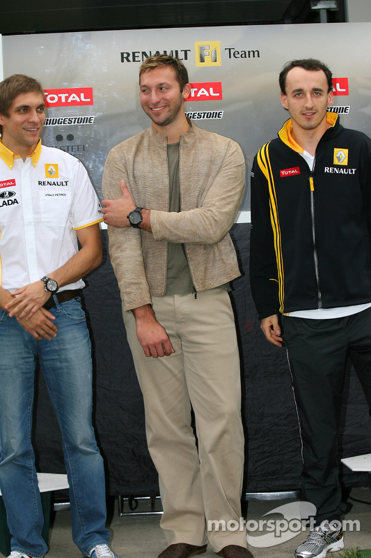 Vitaly Petrov, Renault F1 Team met Ian Thorpe, vijfvoudige Olympische gouden medaillewinnaar Robert