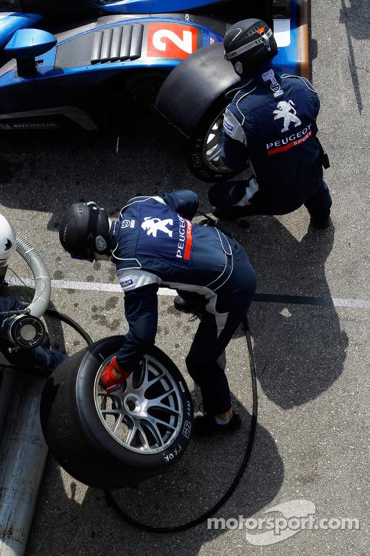 Pitstop #2 Team Peugeot Total Peugeot 908 HDI FAP: Pedro Lamy, Nicolas Minassian, Stéphane Sarrazin, Franck Montagny
