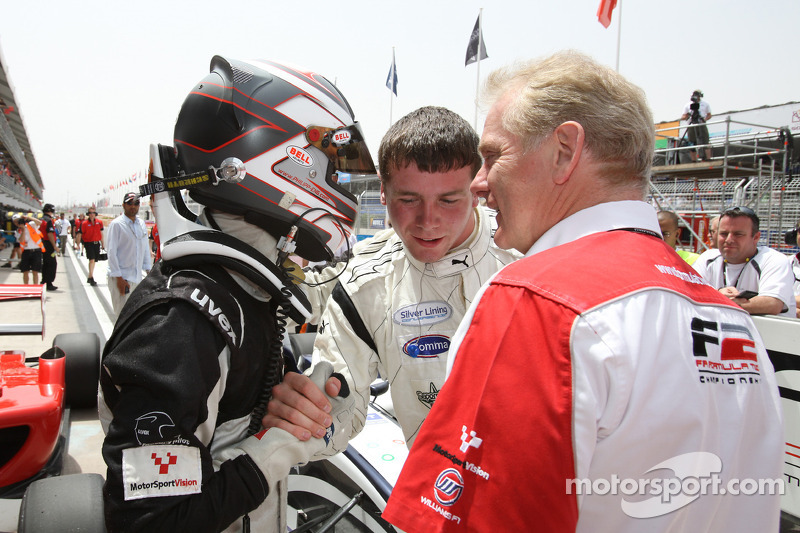 Philipp Eng viert overwinning in parc ferme met Jonathan Palmer CEO MotorSport Vision