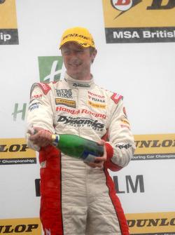 2e plaats Gordon Shedden spuit Champagne