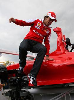 Fernando Alonso, Scuderia Ferrari stapt uit de nieuwe Ferrai Roller Coaster, de snelste achtbaan ter wereld die een snelheid bereikt tot 240 kph, in Abu Dhabi