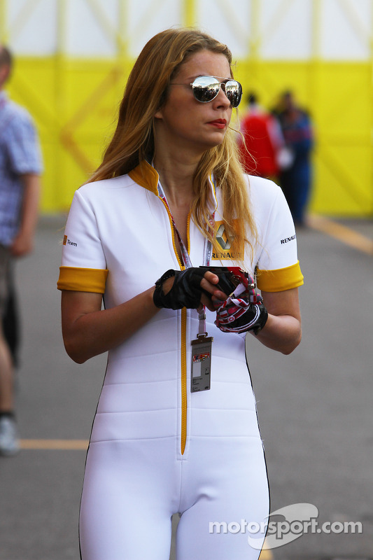 [Imagen: f1-monaco-gp-2010-renault-girl-in-the-paddock.jpg]