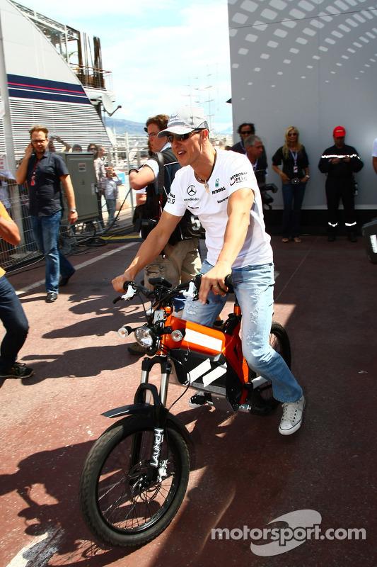 Michael Schumacher, Mercedes GP Petronas op de fiets in de paddock