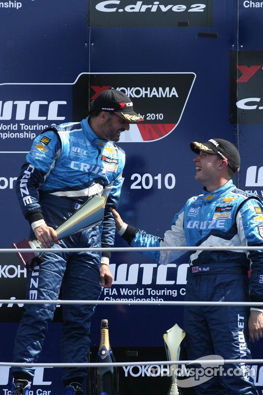 Podium: race winnaar Yvan Muller, Chevrolet, Chevrolet Cruze LT, 3de Robert Huff