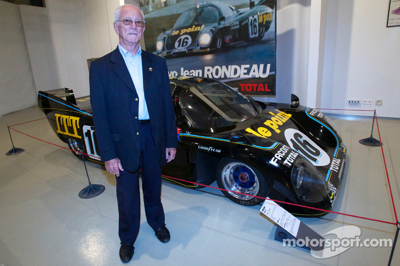 Ceremonie voor het herdenken van Jean Rondeau en Jean-Pierre Jaussaud van de 1980 24 Hours of Le Mans: Jean-Pierre Jaussaud met de winnende Rondeau M379B