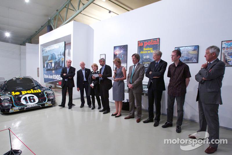 Ceremonie voor het herdenken van Jean Rondeau en Jean-Pierre Jaussaud van de 1980 24 Hours of Le Mans: Jean-Pierre Jaussaud en gasten op het pdodium