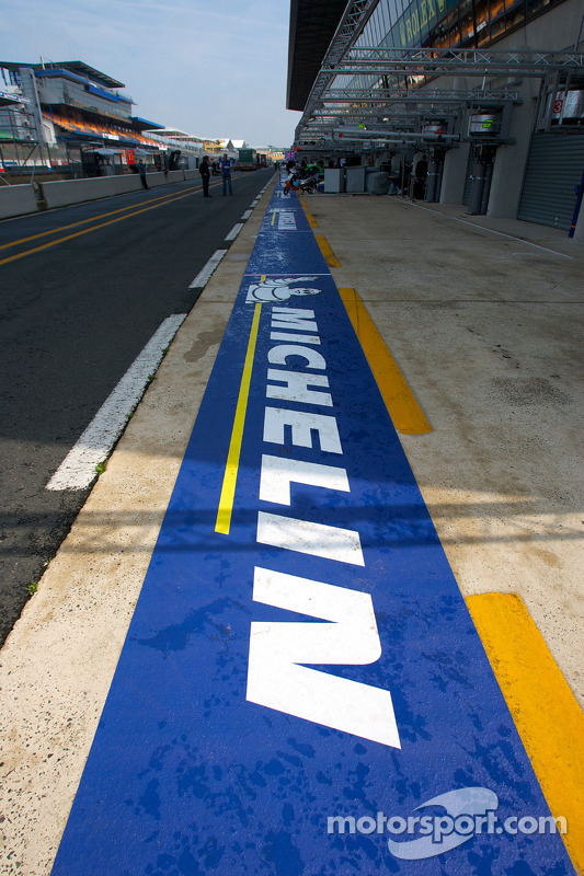 Michelin branding in de pitlane