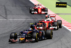 Carlos Sainz Jr., Scuderia Toro Rosso STR11, vor Sebastian Vettel, Ferrari SF16-H