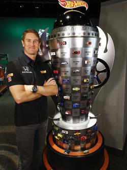 Ryan Hunter-Reay mit einer Sonderanfertigung der Borg-Warner-Trophy von Hot Wheels