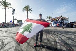 Carlos Sainz Jr. mit der Nationalflagge des Libanon