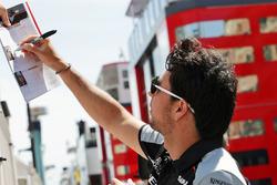 Sergio Perez, Sahara Force India F1 firma autografi ai fan