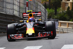 Max Verstappen, Red Bull Racing RB12 sends sparks flying