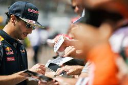 Daniel Ricciardo, Red Bull Racing deelt handtekeningen uit