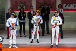 Podio: gandor de la carrera Nobuharu Matsushita, ART Grand Prix, segundo lugar Marvin Kirchhofer, Carlin, y el tercer lugar Raffaele Marciello, RUSSIAN TIME