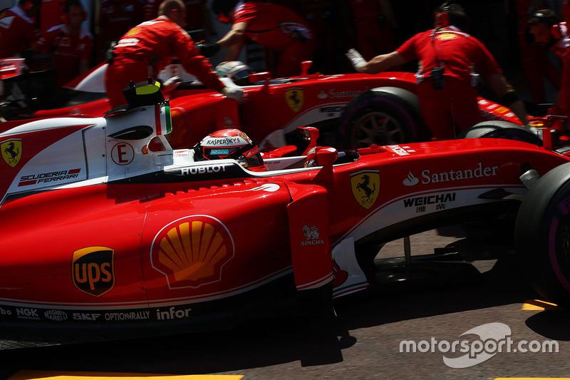 Kimi Raikkonen, Ferrari SF16-H e il compagno di squadra Sebastian Vettel, Ferrari SF16-Hai box