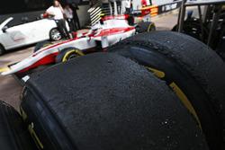 Pirelli-Reifen in der Boxengasse
