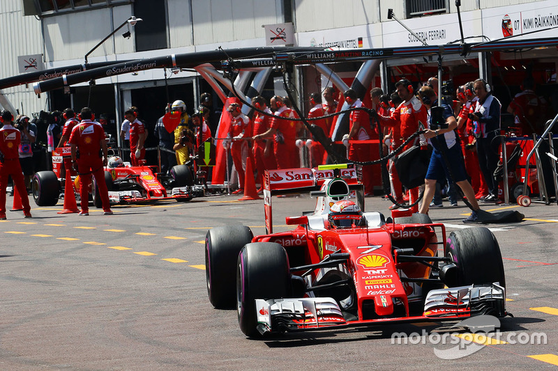 Kimi Raikkonen, Ferrari SF16-H and Sebastian Vettel, Ferrari SF16-H in the pits