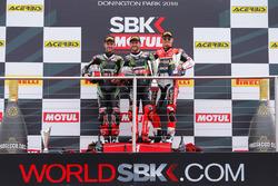 Подіум: переможець гонки Том Сайкс, Kawasaki Racing, друге місце Джонатан Рей, Kawasaki Racing, третє місце Чаз Девіс, Ducati Team