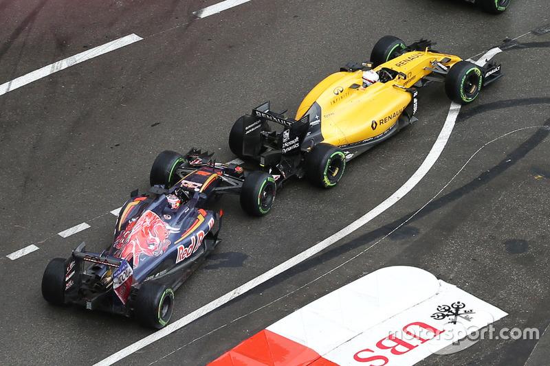 Daniil Kvyat, Scuderia Toro Rosso STR11 y Kevin Magnussen, Renault Sport F1 Team RS16 hacen contacto