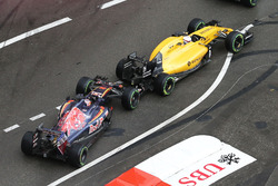 Daniil Kvyat, Scuderia Toro Rosso STR11 and Kevin Magnussen, Renault Sport F1 Team RS16 make contact