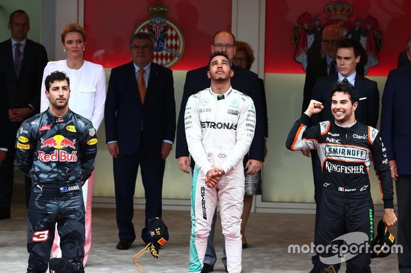 Podio: Daniel Ricciardo, Red Bull Racing segundo lugar; Lewis Hamilton, Mercedes AMG F1 ganador de la carrera y Sergio Pérez, Sahara Force India F1tercero