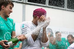Победитель гонки - Льюис Хэмилтон, Mercedes AMG F1 празднует с командой
