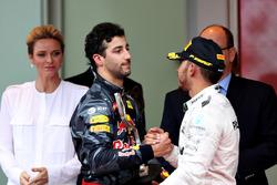 Льюіс Хемілтон, Mercedes AMG F1, Даніель Ріккардо, Red Bull Racing, потискають руки на подіумі