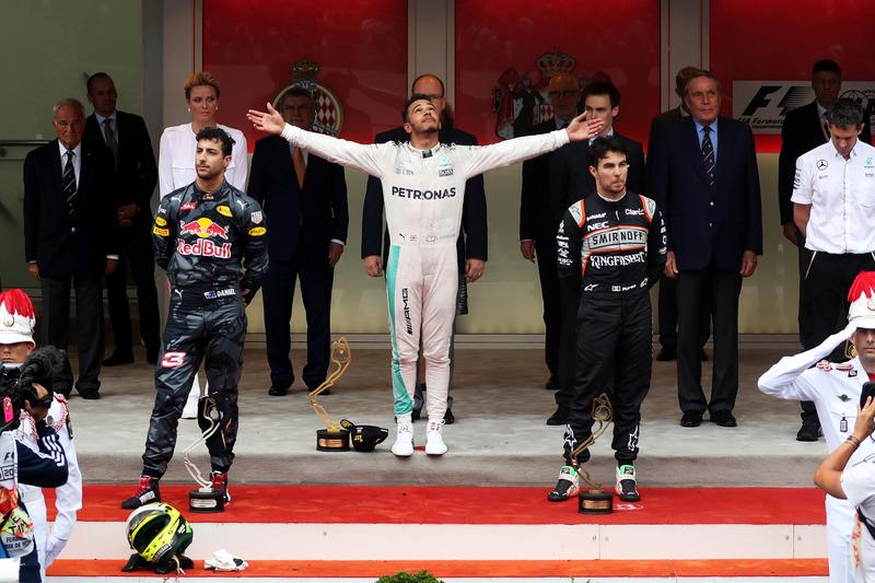 Льюіс Хемілтон, Mercedes AMG F1 святкує подіум з Даніелєм Ріккардо, Red Bull Racing та Серхіо  Пересом, Force India