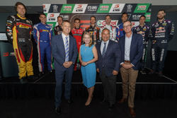 Supercars Chief Executive James Warburton, Minister for Tourism dan Major Events Kate Jones, Gold Coast Mayor Tom Tate, Craig Lowndes, Jamie Whincup dan James Courtney di Q1 Tower in Surfers Paradise