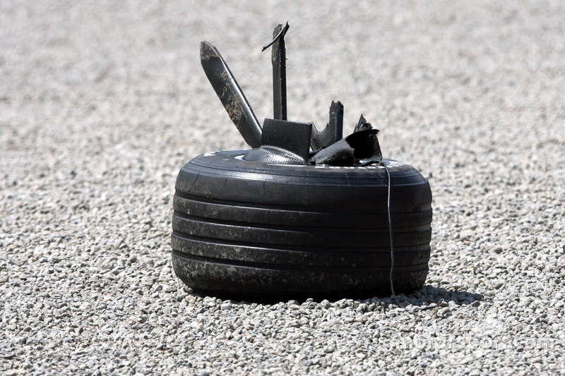 La rueda de Robert Kubica, BMW Sauber F1 Team, F1.07, se estrelló pesadamente durante la carrera