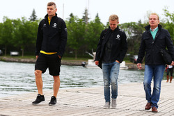 Kevin Magnussen, Renault Sport F1 Team, with Jonathan Palmer