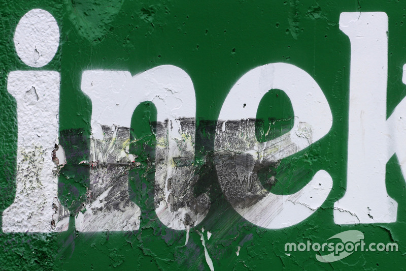 Carlos Sainz Jr., Scuderia Toro Rosso colpisce il muro