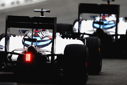 Valtteri Bottas, Williams FW38, precede Felipe Massa, Williams FW38, all'uscita della pit lane
