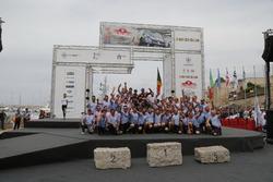 Winnaars Thierry Neuville, Nicolas Gilsoul, Hyundai i20 WRC, Hyundai Motorsport met het team