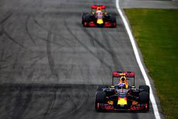 Макс Ферстаппен, Red Bull Racing RB12 едет впереди Даниэля Риккардо, Red Bull Racing RB12