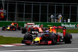 Max Verstappen, Red Bull Racing RB12 precede Sebastian Vettel, Ferrari SF16-H e Daniel Ricciardo, Red Bull Racing RB12