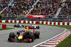Daniel Ricciardo, Red Bull Racing RB12 voor Valtteri Bottas, Williams FW38 Mercedes en Nico Rosberg, Mercedes AMG F1 W07