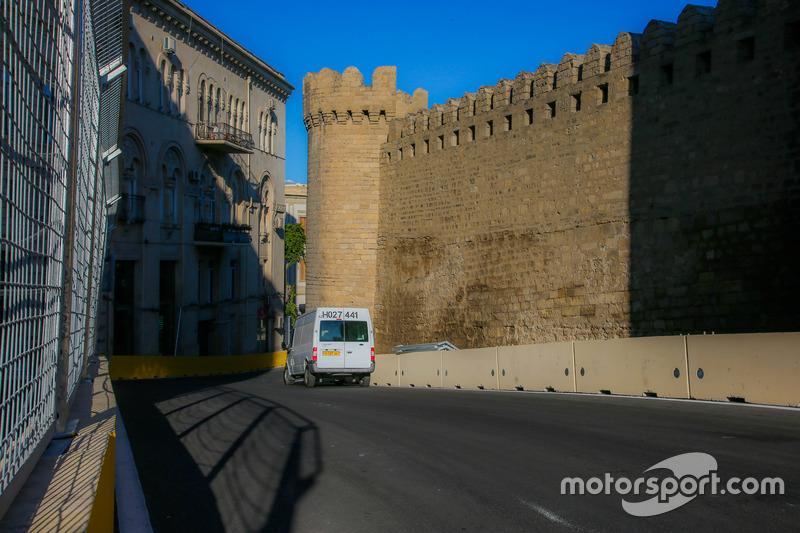 Baku, la curva 10 del circuito cittadino con il castello