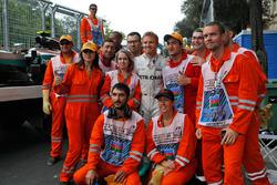 Nico Rosberg, Mercedes AMG F1 con i marshals dopo essersi fermato nella seconda sessione di prove libere